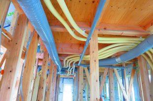 クール暖冷温水配管と換気ダクト