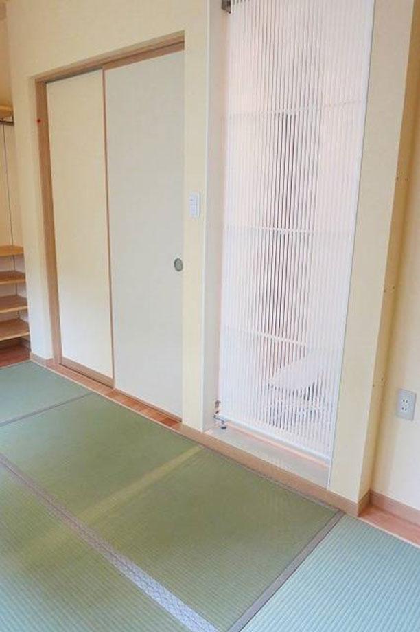 和室から見た玄関(間仕切りパネル)