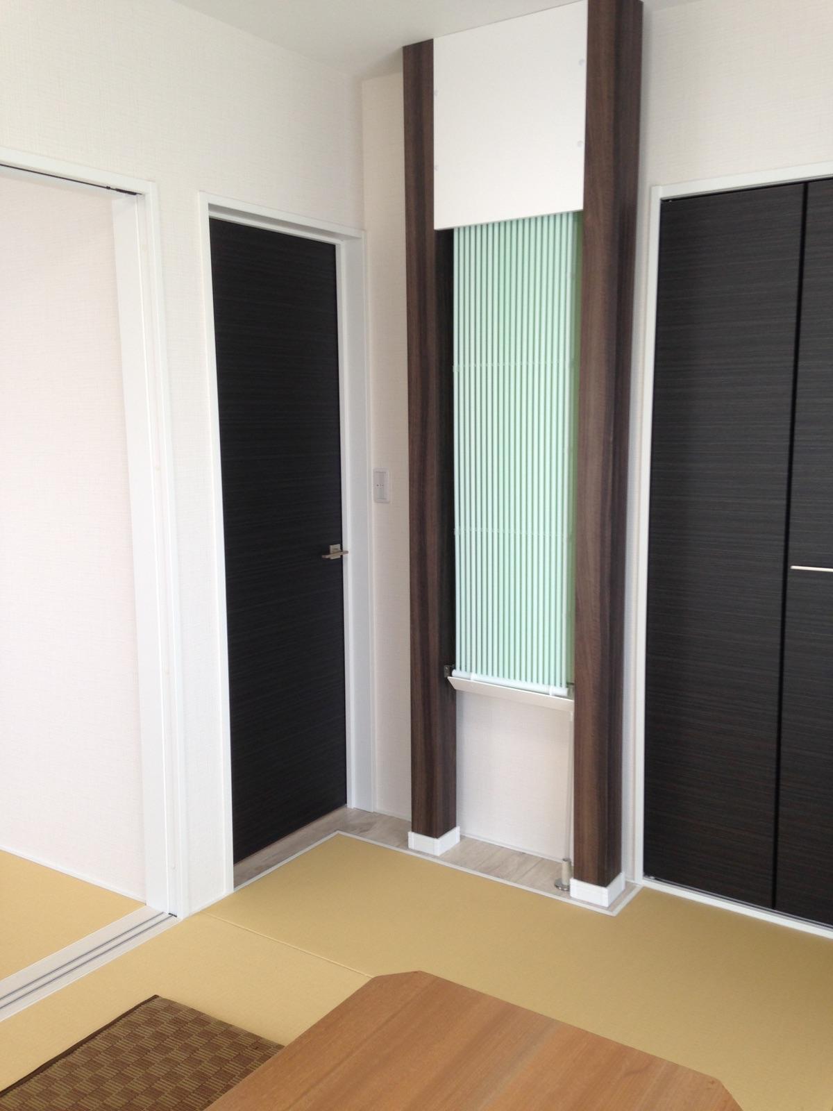 和室も濃茶系のクロスで畳とマッチ