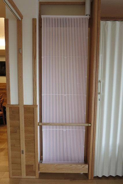 パーテーションで仕切られた個室壁にクール暖パネル