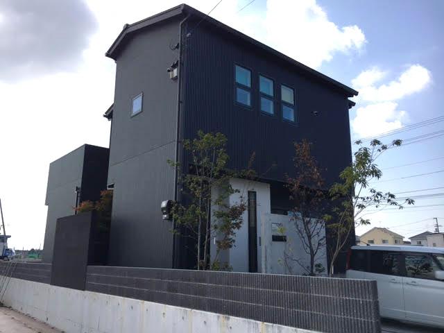 黒でシックな外観の家1