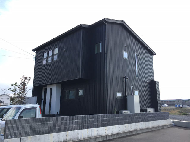 黒でシックな外観の家2