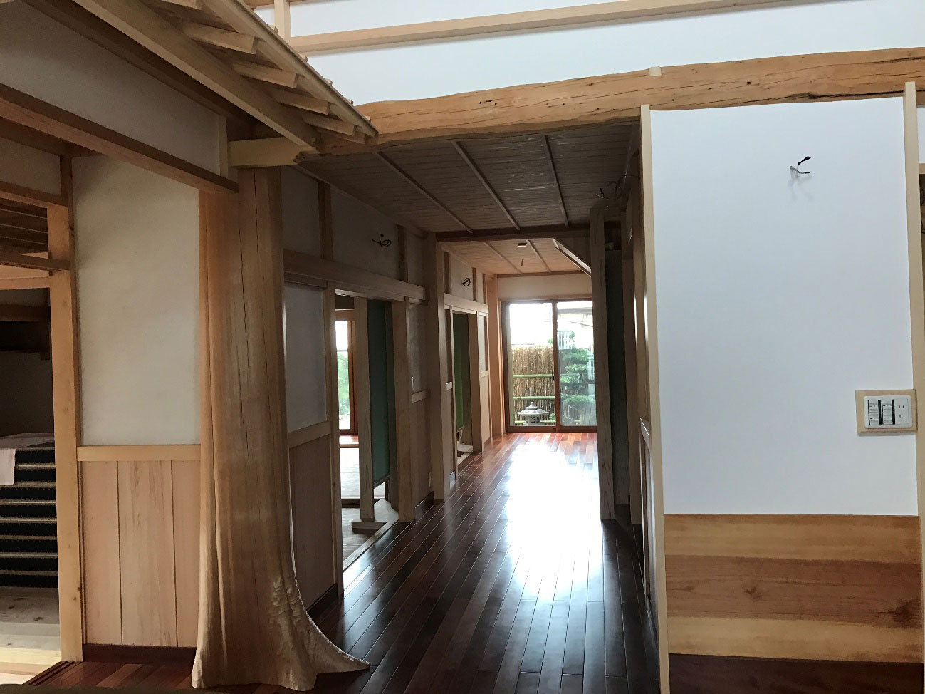 廊下の柱には樹の根っこをそのまま使用されています