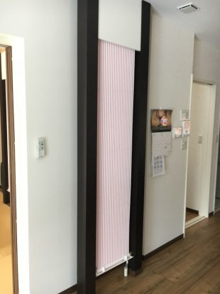 黒系の間柱に白のクール暖パネル1